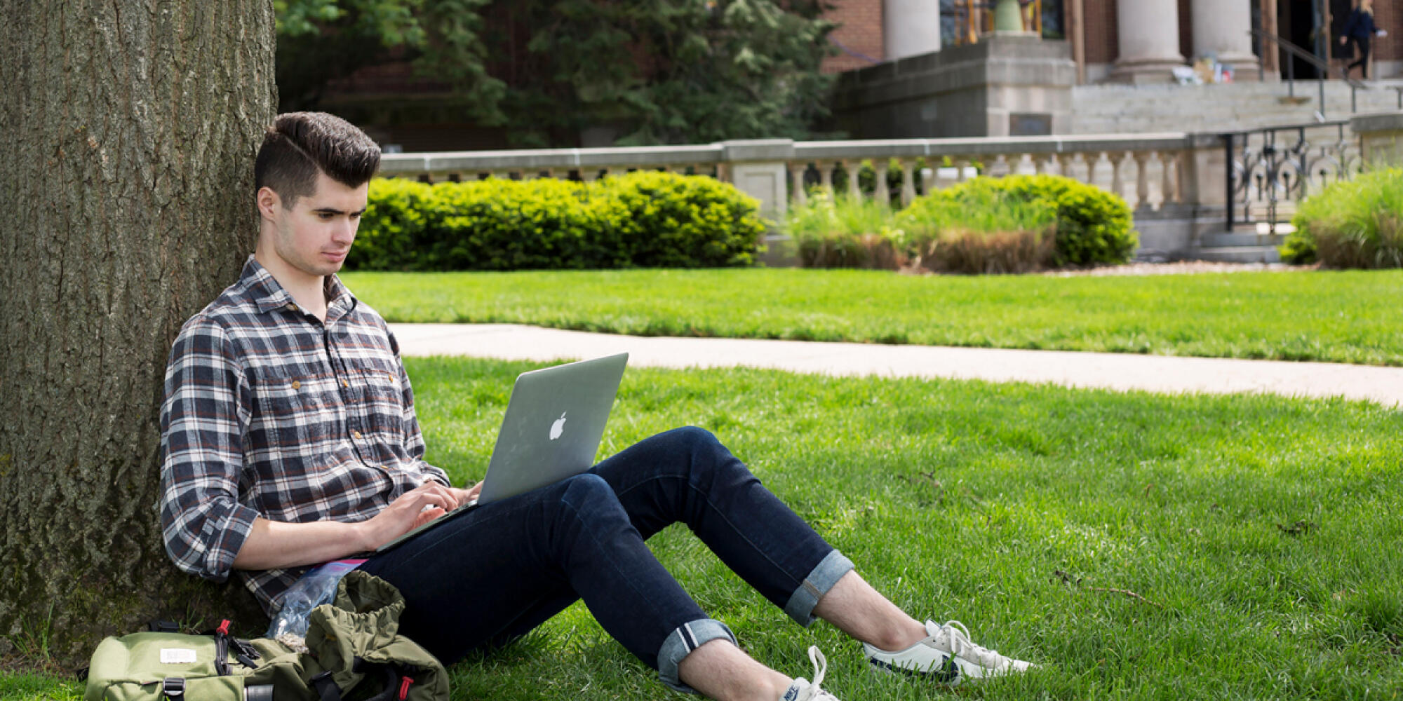 Student studies on the Illinois Quad.